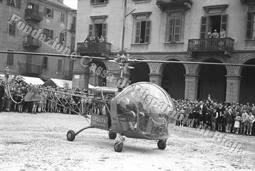 L'elicottero impiegato dalla RAI per le riprese dall'alto della scalata Biella-Oropa (Fondazione Cassa di Risparmio di Biella, archivio Cesare Valerio)