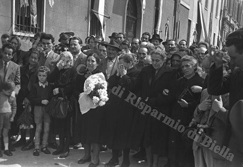 Il tempo trascorso non ha lenito il dolore dei familiari dei Caduti (Fondazione Cassa di Risparmio di Biella, archivio Cesare Valerio)