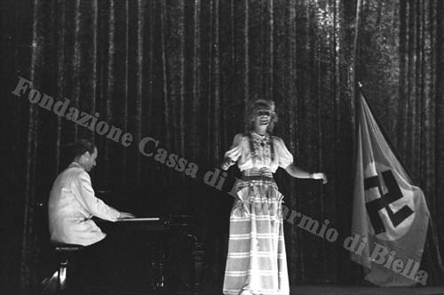 Lale Andersen durante l'esibizione al Cineteatro Impero (Fondazione Cassa di Risparmio di Biella, archivio Cesare Valerio)