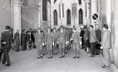 Il picchetto d'onore di alpini del 4° Reggimento (Fondazione Cassa di Risparmio di Biella, archivio Lino Cremon)