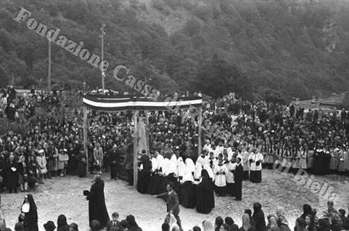Il baldacchino con la statua della Madonna Bruna sosta sul piazzale della Chiesa Nuova (Fondazione Cassa di Risparmio di Biella, archivio Cesare Valerio)