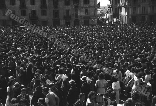 Festa di popolo in piazza Q. Sella (Fondazione Cassa di Risparmio di Biella, archivio Cesare Valerio)