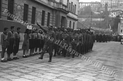 Militari tedeschi sfilano in via Littorio, oggi via Amendola (Fondazione Cassa di Risparmio di Biella, archivio Cesare Valerio)