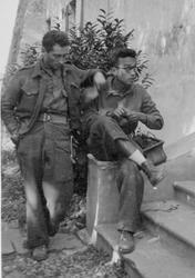 Giorgio Marincola con Eugenio Bonvicini, vicecomandante della Missione Bamon (Archivio famiglia Marincola, Fotografie, Zimone BI, Castello di Mongivetto 1944)