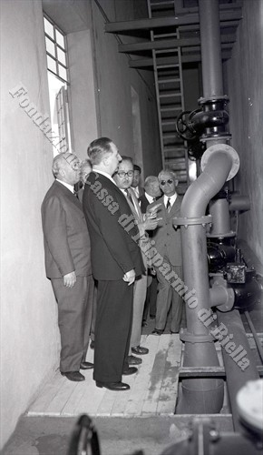 Visita alle condutture interne del serbatoio (Fondazione Cassa di Risparmio di Biella, archivio Lino Cremon)
