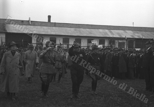 Il ten. colonnello Angelo Manaresi, comandante del X reggimento Alpini in congedo, passa in rassegna le Penne Nere biellesi al campo sportivo Rivetti (Fondazione Cassa di Risparmio di Biella,archivio Cesare Valerio)