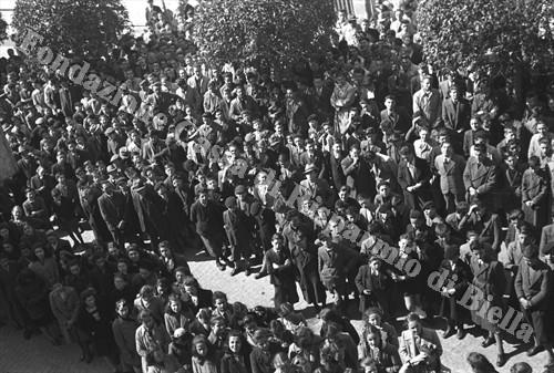 Studenti assiepati ai piedi della Torre (Fondazione Cassa di Risparmio di Biella, archivio Cesare Valerio)