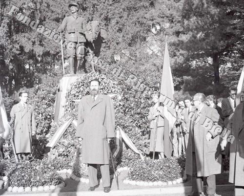 """Il preside del """"Bona"""" Stefano Renier di fronte al monumento ai Caduti (Fondazione Cassa di Risparmio di Biella, archivio Lino Cremon)"""