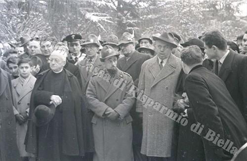 Padre Brevi con il sindaco Blotto Baldo e mons. Botta ai Giardini Zumaglini, 31 gennaio 1954 (Fondazione Cassa di Risparmio di Biella, archivio Lino Cremon)