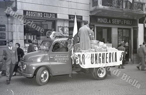Uno degli autocarri impiegati per la raccolta fondi del 17 novembre 1956 (Fondazione Cassa di Risparmio di Biella, archivio Lino Cremon)