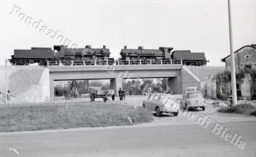 Le due locomotive FS685 durante la prova di collaudo del sottovia stradale (Fondazione Cassa di Risparmio di Biella, archivio Lino Cremon)