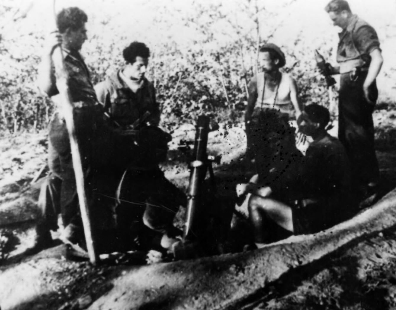 """Partigiani del """"Bixio"""" con mortaio da 81mm, marzo 1945 (Archivio fotografico Casa della Resistenza di Sala Biellese)"""