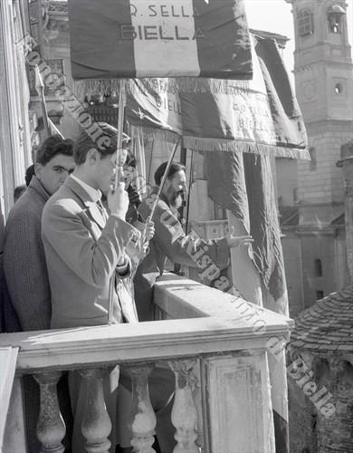 Studenti e professori affacciati al balcone di palazzo Oropa (Fondazione Cassa di Risparmio di Biella, archivio Lino Cremon)