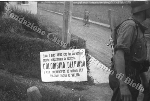 Un milite del presidio Sipo-SD di Biella sul luogo dell'impiccagione (Fondazione Cassa di Risparmio di Biella, archivio Cesare Valerio)