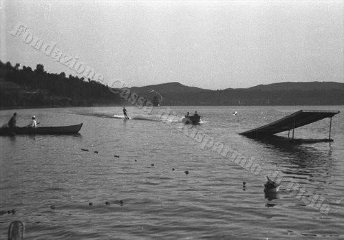 In motoscafo sulle placide acque di Viverone (Fondazione Cassa di Risparmio di Biella, archivio Cesare Valerio)