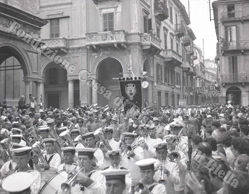 La Banda musicale della Marina sfila in via Italia (Fondazione Cassa di Risparmio di Biella, archivio Lino Cremon)