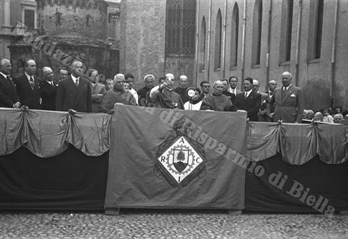 Il vescovo Carlo Rossi impartisce la sacra benedizione (Fondazione Cassa di Risparmio di Biella, archivio Cesare Valerio)