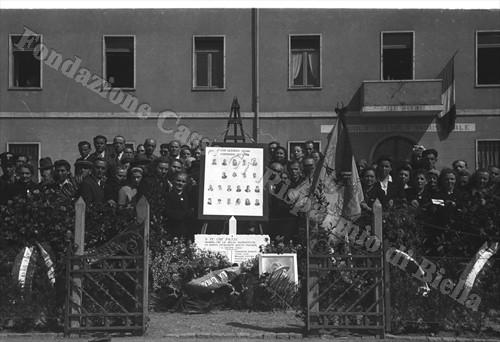 Il piccolo recinto con la lapide e le fotografie dei Caduti (Fondazione Cassa di Risparmio di Biella, archivio Cesare Valerio)