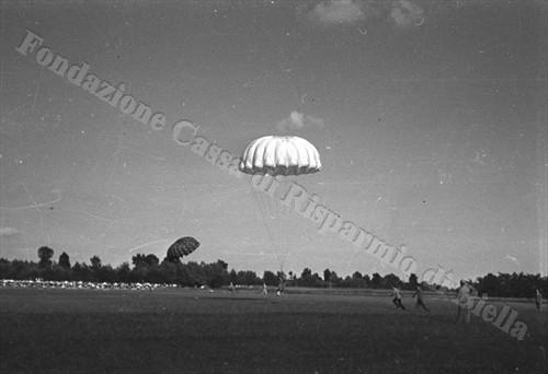 La discesa dei paracadute sul campo di Gaglianico (Fondazione Cassa di Risparmio di Biella, archivio Cesare Valerio)