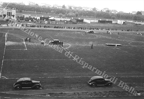 La giostra automobilistica allo stadio La Marmora (Fondazione Cassa di Risparmio di Biella, archivio Cesare Valerio)