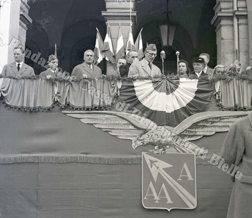 Il palco allestito nella piazzetta del Battistero (Fondazione Cassa di Risparmio di Biella, archivio Lino Cremon)