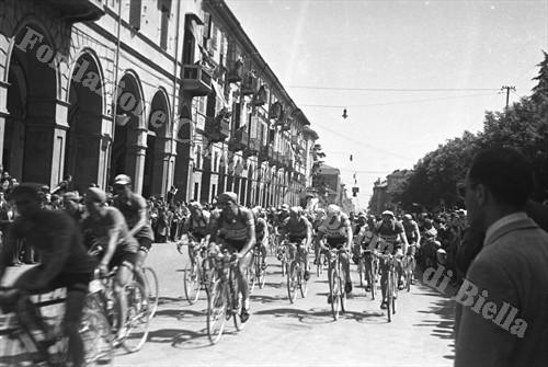 Il Giro d'Italia a Biella, 1963 (Fondazione Cassa di Risparmio di Biella, archivio Cesare Valerio)