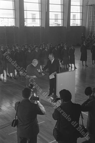Guido Alberto Rivetti consegna le chiavi al sindaco Bruno Blotto Baldo (Fondazione Cassa di Risparmio di Biella, archivio Cesare Valerio)