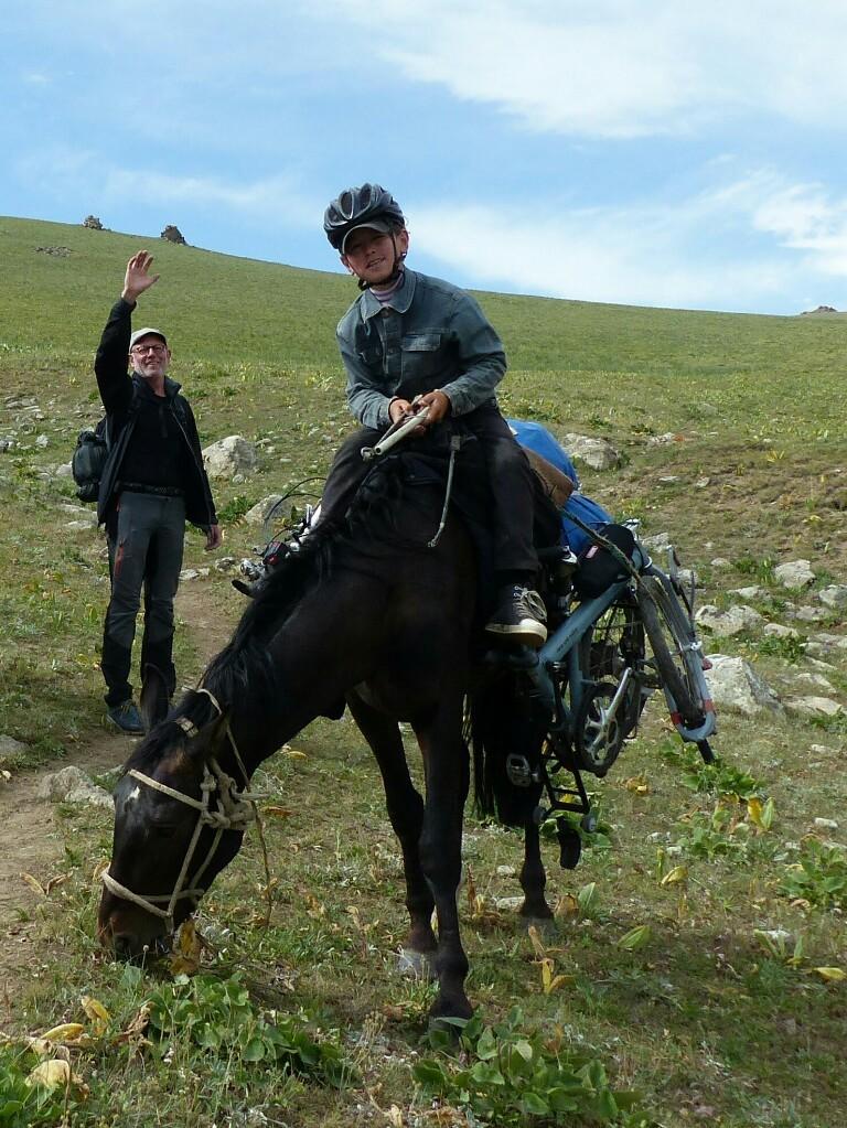 Über den Pass tragen die Pferde die Birdys