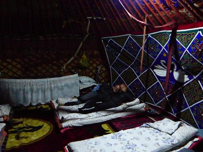 Kuschliger Schlaf! Die wanderfreudigen Tschechen sorgten 22:00 für Jurtenruhe.