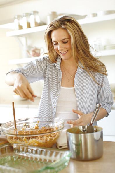 Schauspielerin Alicia Silverstone beim Kochen / © Victoria Pearson