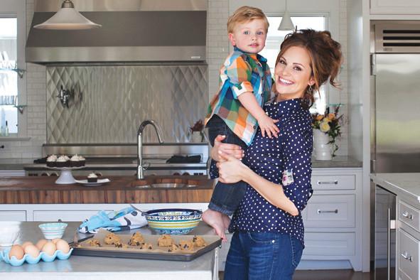 Paleoköchin Danielle Walker mit ihrem Sohn Asher beim Backen - es geht auch lecker glutenfrei / © Danielle Walker
