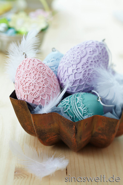 Dekoideen für Ostereiern aus Holz weiße Punkte, blaue Farbe, Federschmuck