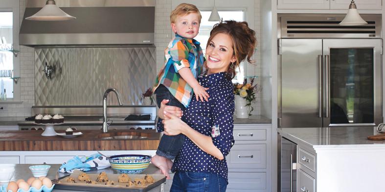 Paleoköchin Danielle Walker mit ihrem Sohn Asher - es geht auch lecker glutenfrei / © Danielle Walker / @börsenbuchverlag