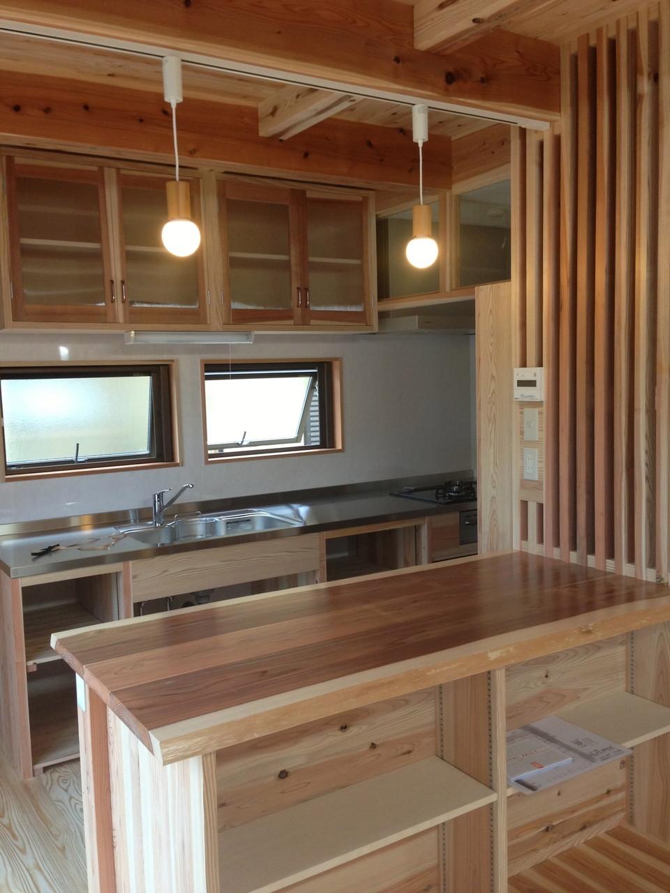 杉材で、オリジナルキッチン