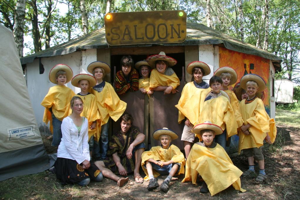 Die Mexikaner vor ihrem Saloon