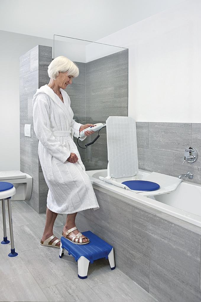 Die Krankenkasse fördert Badewannenlifter