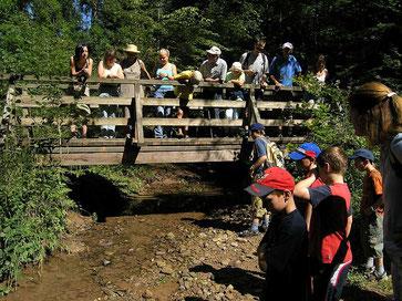 Jung und Alt auf spannender Entdeckungstour am Limes - Im Rotenbachtal bei Schwäbisch Gmünd