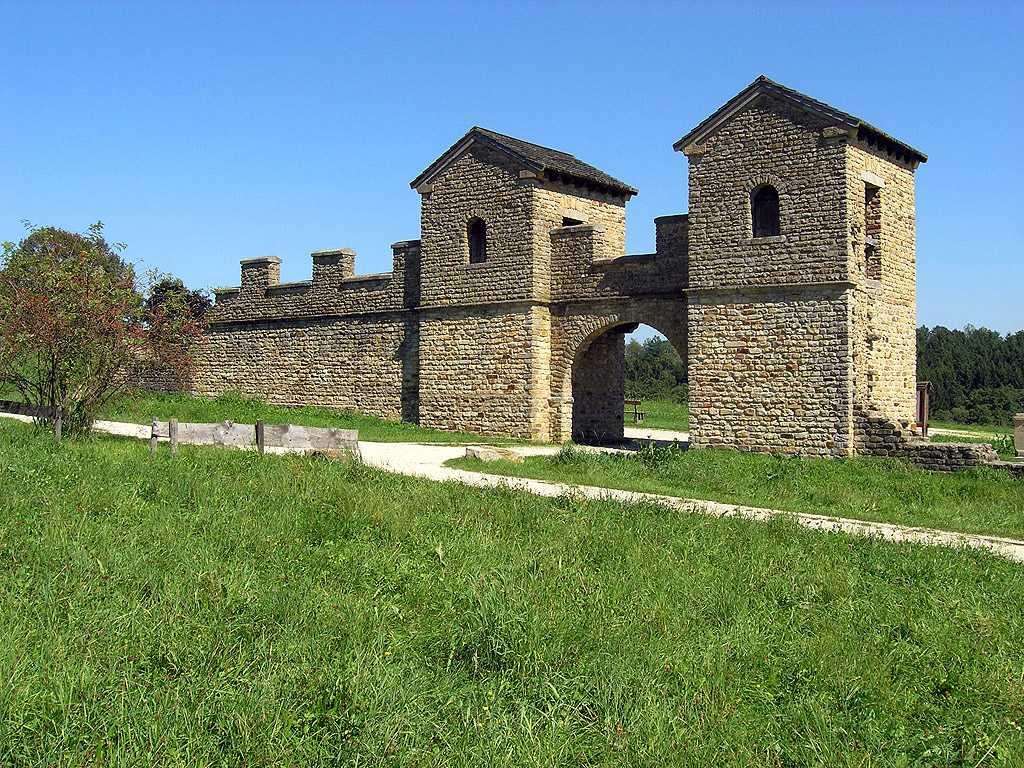 Erleben Sie die rekonstruierten Militärbauten am Rande der römischen Welt - Westtor des Ostkastells Welzheim