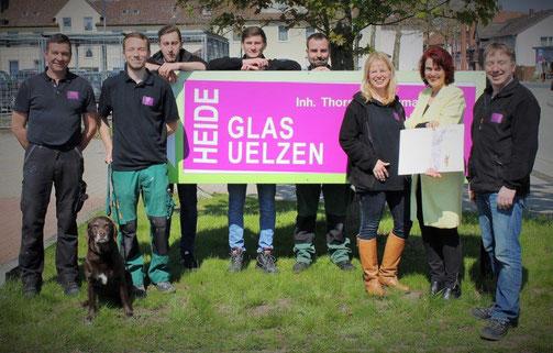 Amanda Pur, Botschafterin der Oskar-Patzelt-Stiftung für den Großen Preis des Mittelstandes, die auch Heideglas Uelzen nominierte, würdigte die bisherige Leistung des Unternehmens durch die Übergabe einer Urkunde.