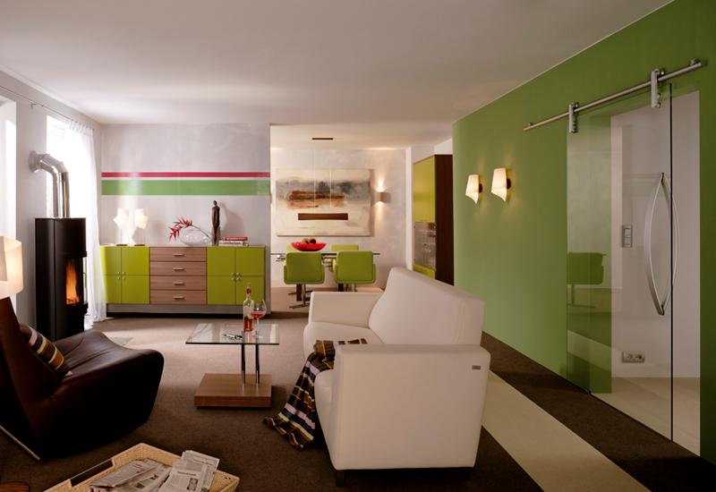 Das leichtläufige Glas-Schiebetürsystem verbindet elegant unterschiedliche Wohnbereiche. © Dorma