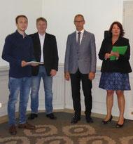 Jonas, sein Ausbilder Thorsten Neumann, Landesinnungsmeister Uwe Horn und OStR Christina Becker