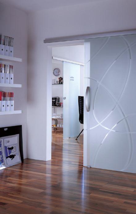 Passende Glasbeschläge bremsen Glastüren leise ab und schließen sie sanft. © Dorma