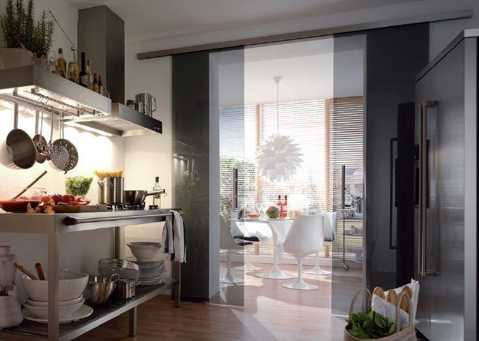 Ein- oder zweiflügelige Schiebetüren schaffen elegante Übergänge. © Dorma