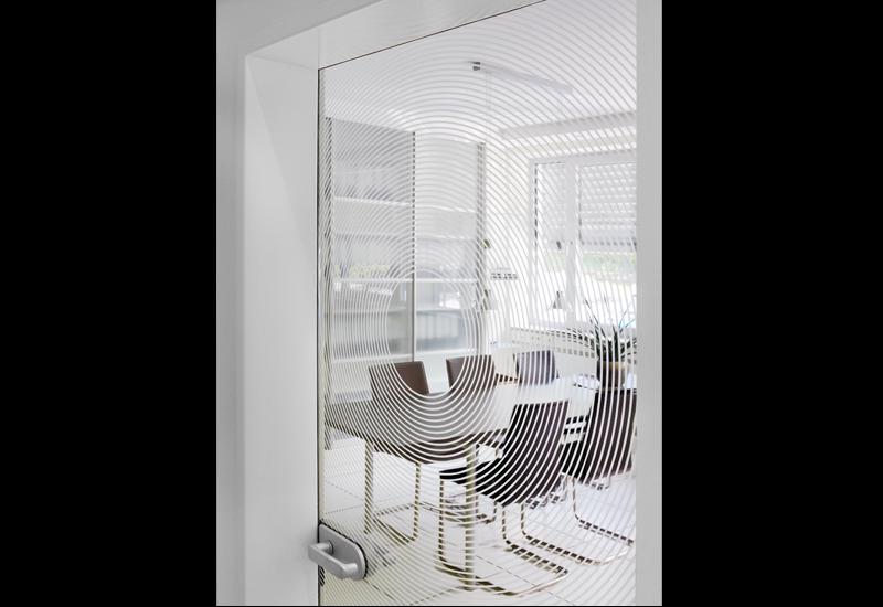 Transparente Drehtüren werten auch das Ambiente von Arbeitsbereichen auf. © Dorma