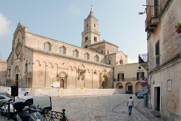 ... wir kommen auf die Piazza Duomo mit dem Dom von Matera aus dem 13. Jh.