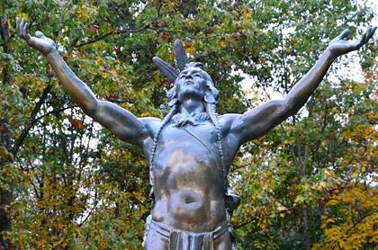 An die Mohawk Indianer erinnert am Trail die Statue ...