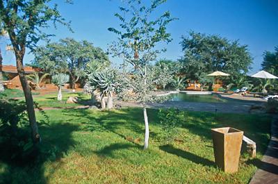 Der gepflegte Garten der Kalahari-Anib-Lodge
