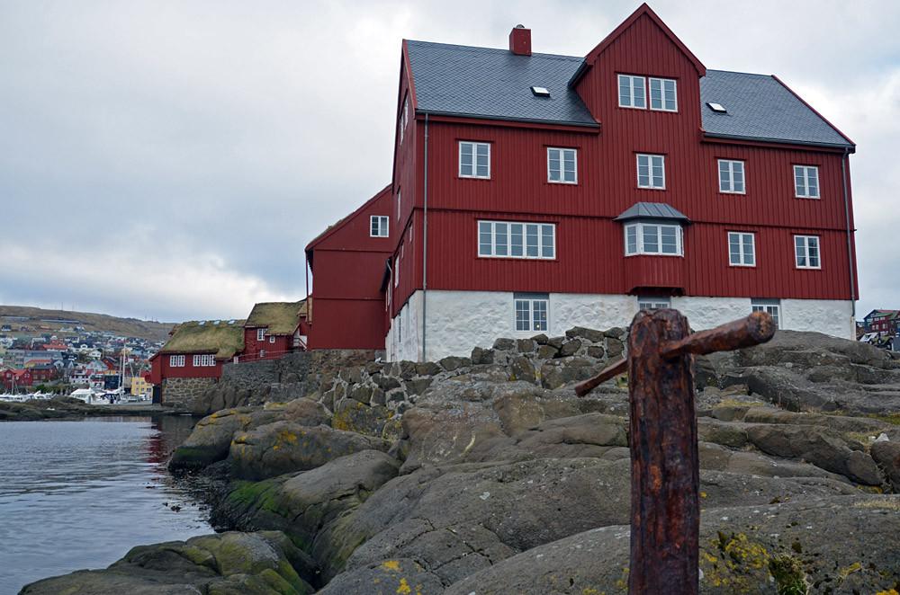 Die felsige Landzunge von Tinganes an der Küste von Tórshavn, Sitz des färöischen Parlaments.