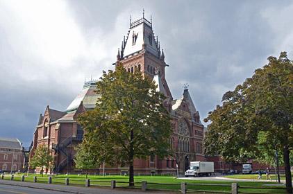 Die Memorial Hall auf dem Harvard Yard erinnert ...
