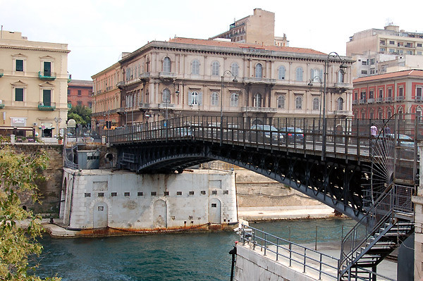 An der Drehbrücke Ponte Grievole geht es hinüber in die Neustadt.